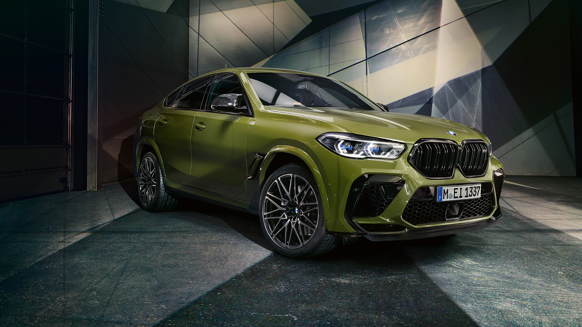 M double kidney grille BMW X6 M Competition F96 BMW Individual Special Paint Urban Green SUV three-quarter front view