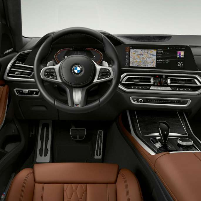 Frontal close-up of the driver's cockpit of the BMW X7 with M Sport Package features